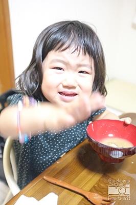 味噌汁飲んでいるところを撮ろうとしたら怒られました・・